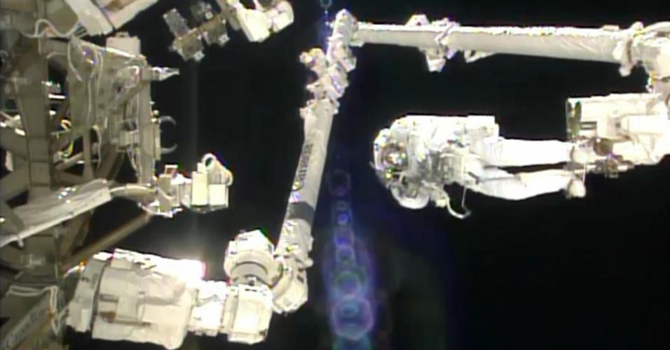 9.jul.2013- Astronauta italiano Luca Parmitano se apoia no final de um braço robótico durante primeira caminhada espacial de julho da Estação Espacial Internacional