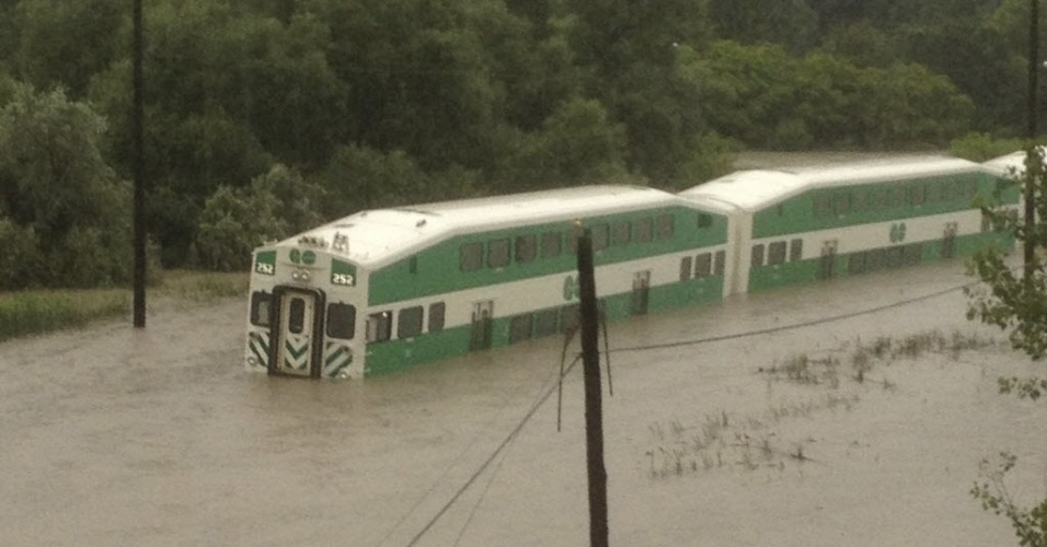 9.julho.2013 - Trem suburbano deu pane ao passar por trecho inundado no subúrbio de Toronto, deixando os passageiros ilhados durante horas após forte tempestade na cidade canadense