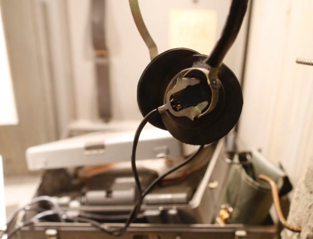 """10.jul.2013 - Equipamentos de espionagem da Stasi, polícia secreta alemã, participam da exposição """"Top Secret"""", do museu da espionagem em Oberhausen, Alemanha"""