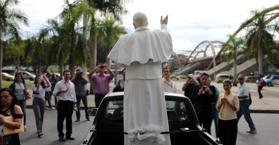 10.jul.2013 - Estátua do papa Francisco atrai curiosos em frente à Prefeitura do Rio de Janeiro, na região central da capital fluminense. A estátua, feita de fibra de vidro em tamanho real, recorrerá várias partes da cidade em comemoração à Jornada Mundial da Juventude