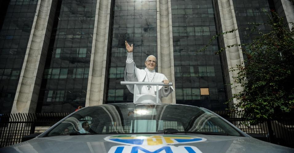 10.jul.2013 - Estátua do papa Francisco é exibida em frente à prefeitura do Rio de Janeiro, na região central da capital fluminense. A estátua, feita de fibra de vidro em tamanho real, recorrerá várias partes da cidade em comemoração à Jornada Mundial da Juventude