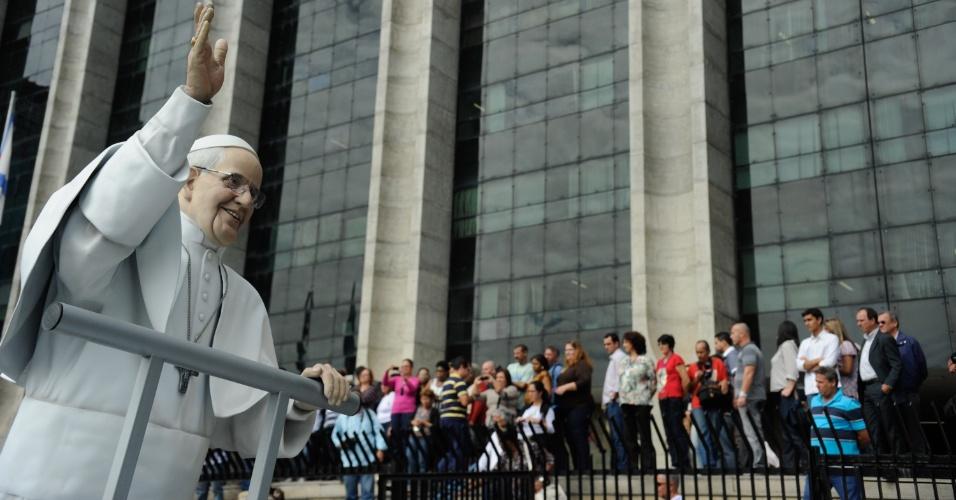 10.jul.2013 - Fiéis observam estátua do papa Francisco passar em frente à Prefeitura do Rio de Janeiro, na região central da capital fluminense. A estátua, feita de fibra de vidro em tamanho real, recorrerá várias partes da cidade em comemoração à Jornada Mundial da Juventude