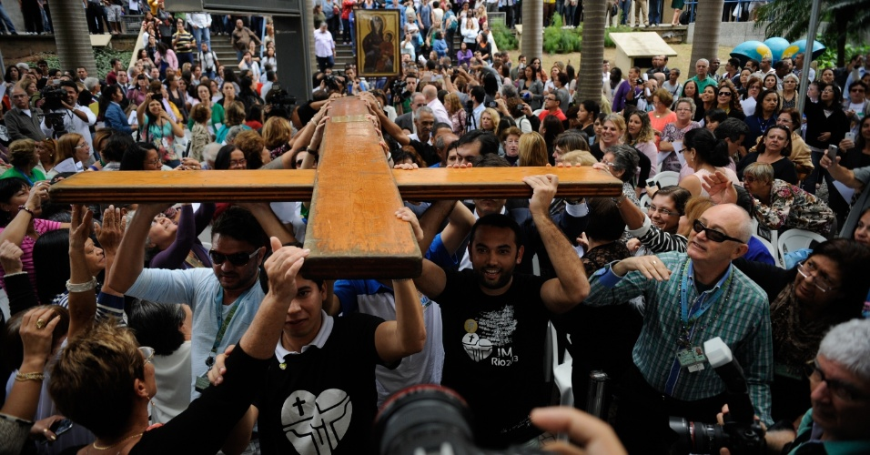 10.jul.2013 - Fiéis se aglomeram para carregar a Cruz Peregrina e o Ícone de Nossa Senhora, símbolos religiosos da Jornada Mundial da Juventude, em frente à Prefeitura do Rio de Janeiro, na região central da capital fluminense
