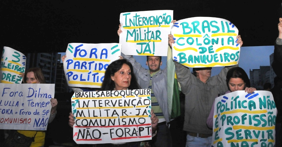 10.jul.2013 - Manifestantes recrutados pela OCC (Organização de Combate à Corrupção) pedem a volta dos militares ao poder durante protesto contra o governo da presidente Dilma Rousseff, no vão livre do Masp, na avenida Paulista, nesta quarta-feira. O evento, agendado em uma rede social, pedia para chamar grupos para a