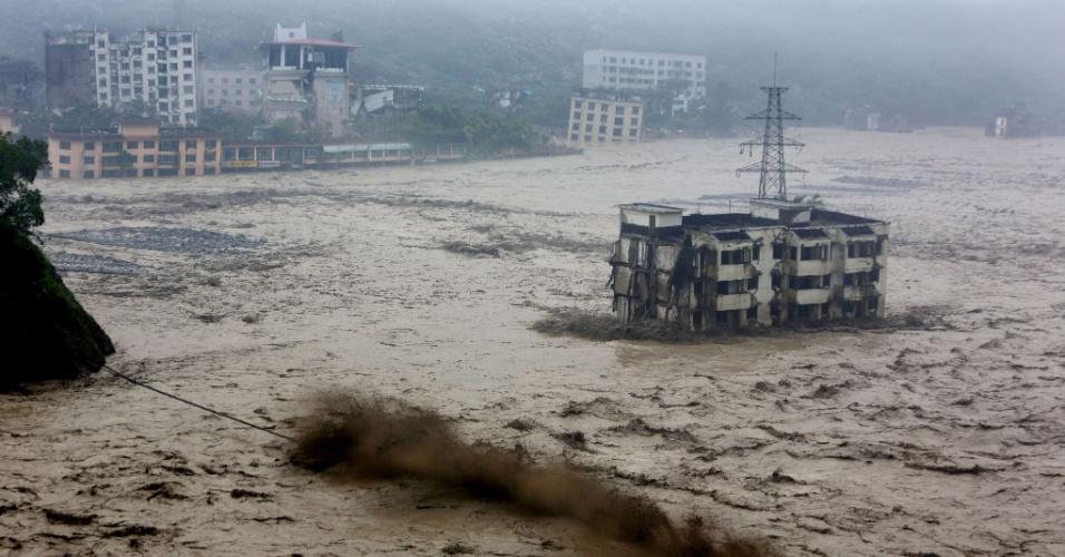 10.jul.2013 - Uma grande enchente envolve prédio na região de Sichuan, no sul da China, nesta quarta-feira (10). As fortes chuvas que atingiram várias províncias do país desde o final de semana afetaram milhões de pessoas e provocaram deslizamentos de terra