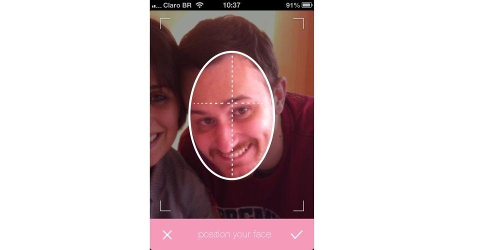 O usuário deve posicionar o rosto dentro da marcação oval feita pelo programa. Clique então no ícone Check (representado por um V estilizado), localizado na lateral direita na parte inferior da tela