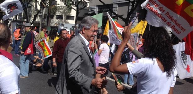 Ex-ministro da Secretaria de Direitos Humanos no governo Lula, o deputado federal Nilmario Miranda (PT-MG), protesta em frente à Prefeitura de Belo Horizonte - Carlos Eduardo Cherem/UOL