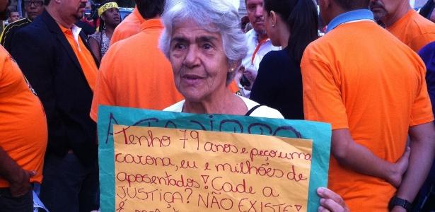 A aposentada Belinha Santos, 79, participa de manifestação na Candelária, no Rio de Janeiro - Julia Affonso/UOL
