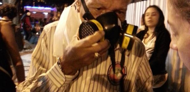 Escondido próximo à Biblioteca Nacional, na Cinelândia, o músico Bob Lester recebeu uma máscara antigás de uma manifestante - Hanrrikson de Andrade/UOL