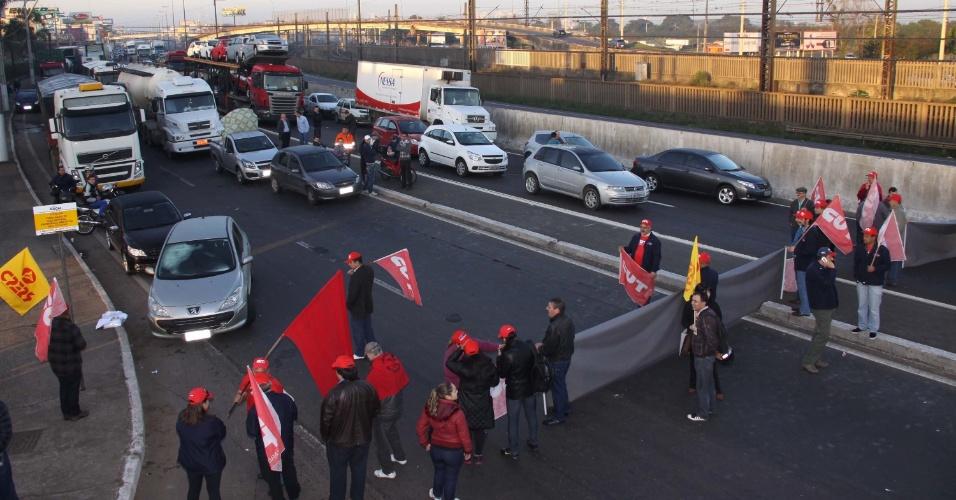 11.jul.2013 - Em Canoas (RS), protestos fecham rodovias e paralisam o transporte coletivo na cidade. As paralisações em todo o Brasil são realizadas pela  CUT (Central Única do Trabalhadores), pela Força Sindical e outras centrais sindicais brasileiras