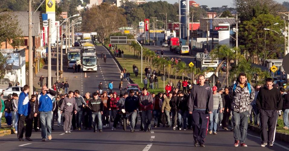11.jul.2013 - Em Caxias do Sul (RS), protestos param o transporte coletivo