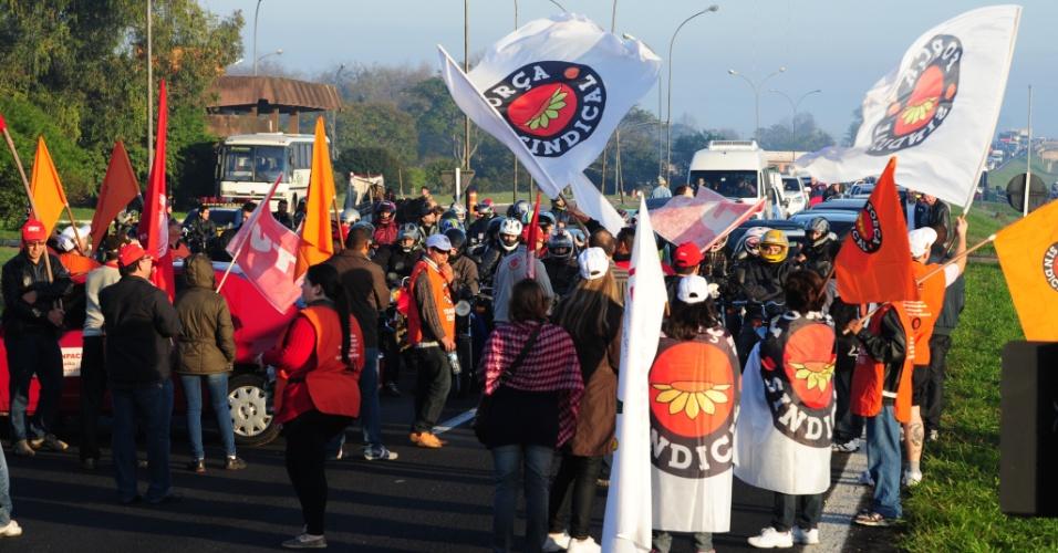 11.jul.2013 - Manifestantes bloqueiam parcialmente a BR-290, em Eldorado do Sul (RS). Representantes de sindicatos fazem parte da manifestação, que não causa congestionamento na área