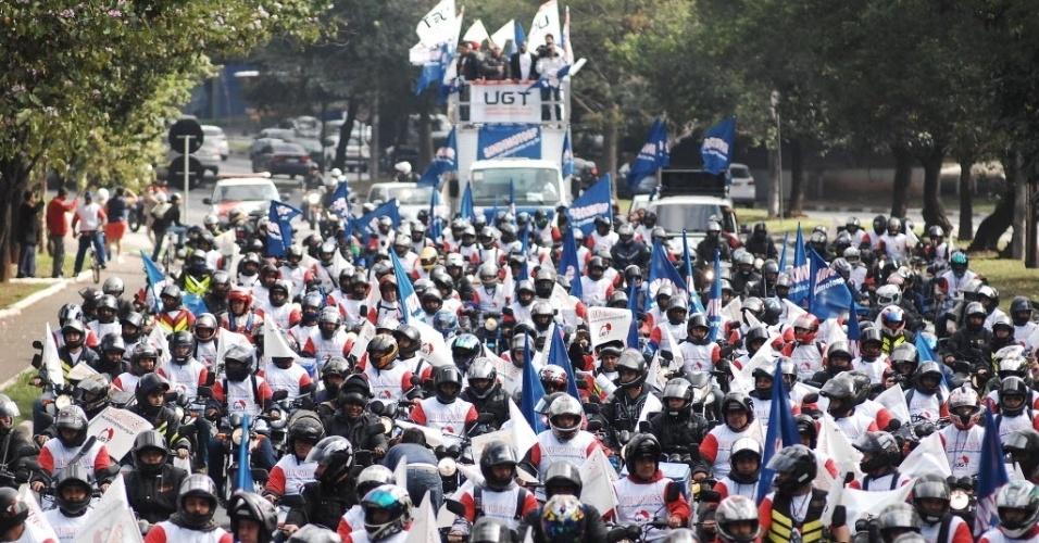 11.jul.2013 - Motoboys filiados ao Sindimoto realizam protesto pelas ruas de bairros da zona sul de São Paulo, nesta quinta-feira (11). Os manifestantes saíram do bairro do Brooklin e passaram pelas avenidas Bandeirantes e 23 de maio, com destino à avenida Paulista