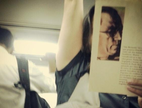11.jul.2013 - Mulher lê livro de Graciliano Ramos no metrô, em São Paulo. A cara dela!
