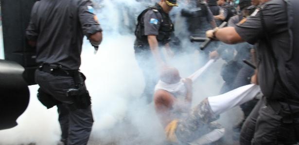 Policiais utilizam spray de pimenta para conter manifestantes durante confronto - Zulmair Rocha/UOL