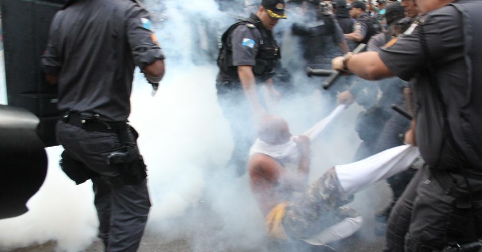 11.jul.2013 - Policiais utilizam spray de pimenta para conter manifestantes durante confronto. Pelo menos 10.000 pessoas participam de  protesto organizado por centrais sindicais, no centro do Rio de Janeiro