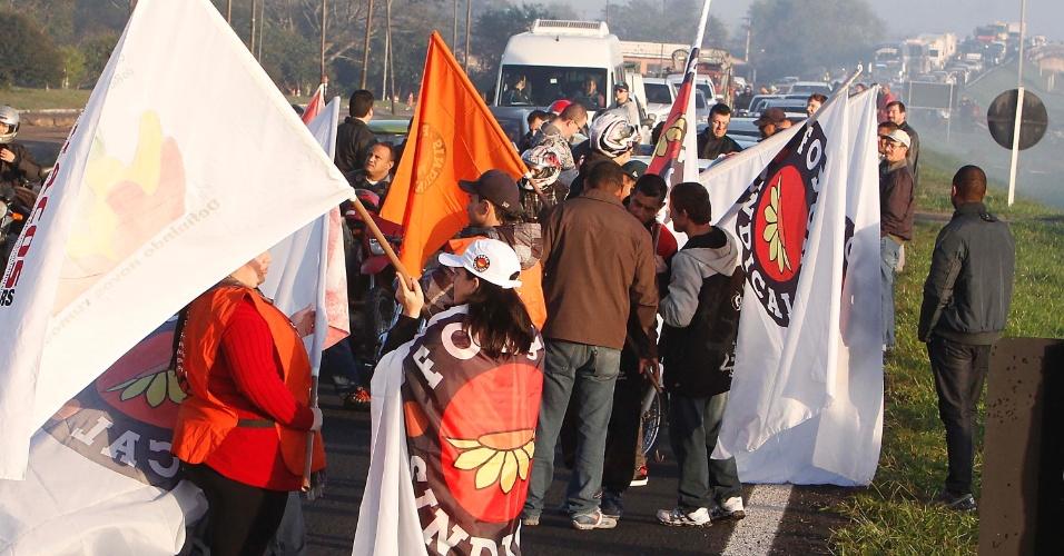 11.jul.2013 - Protesto em Porto Alegre (RS) paralisa transporte público e bloqueia rodovias na manhã desta quinta, manifestações acontecem em todo o País
