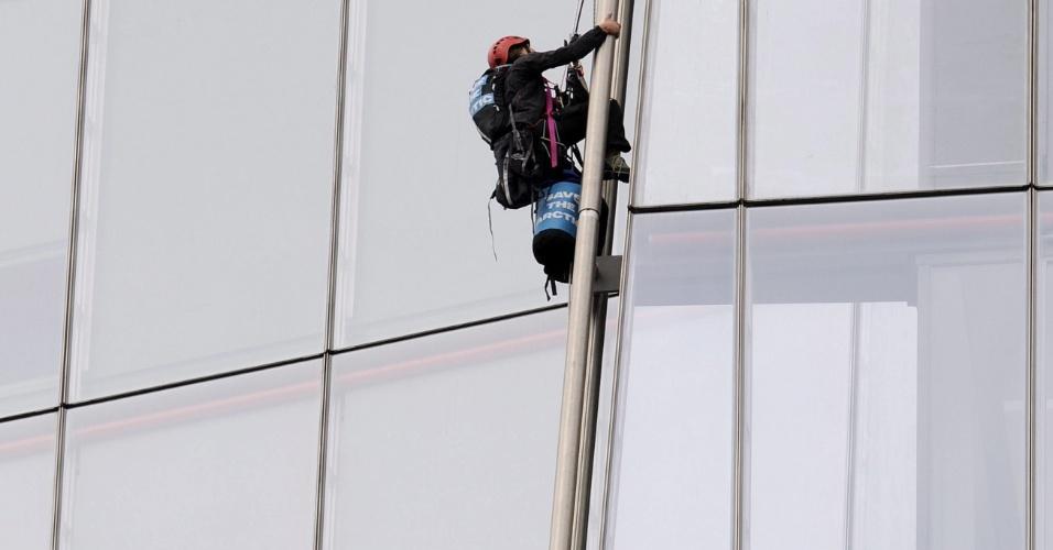 11.jul.2013 - Três ativistas do grupo ecoativista Greenpeace escala nesta quinta-feira (11) o edifício Shard, em Londres (Reino Unido), considerado o mais alto da União Europeia. Um total de seis ativistas mulheres fazem a subida, para, de acordo com a imprensa britânica, criticar o plano da petroleira Shell de perfurar o ártico
