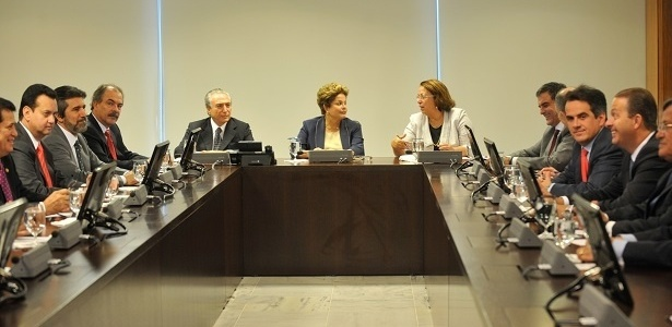 A presidente Dilma Rousseff, com ministros e políticos da base aliada, em reunião que discutiu o plebiscito sobre a reforma política