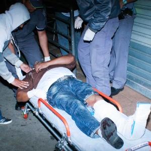 Segurança é socorrido após ser ferido durante tiroteio no Sindicato dos Motoristas e Trabalhadores em Transporte Rodoviário Urbano de São Paulo, no centro da cidade - Marcos Bezerra/Futura Press