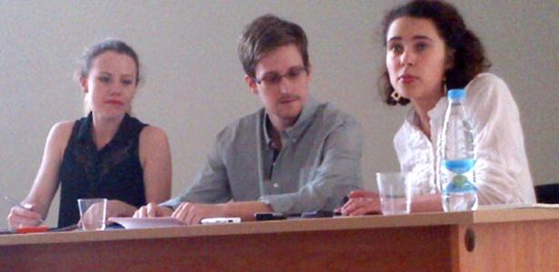 Edward Snowden, ex-técnico da CIA (centro), fala à imprensa no aeroporto de Moscou na última sexta (12) - Tanya Lokshina/Human Rights Watch/Divulgação