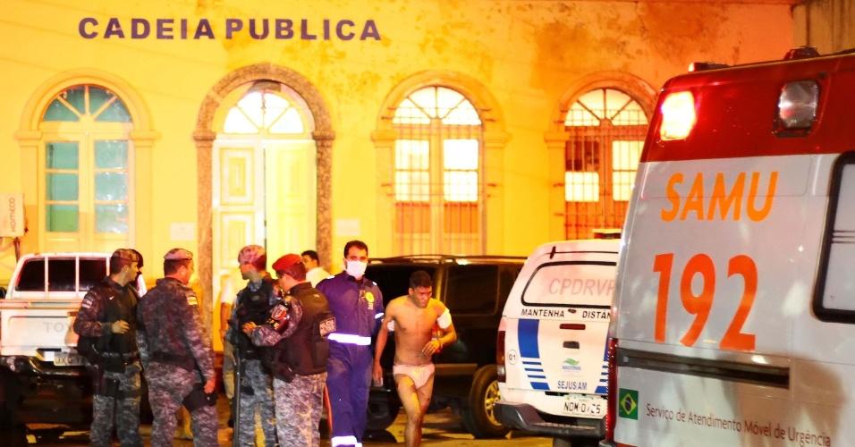 12.jul.2013 - Um rebelião na noite desta quinta-feira (12), na penitenciária Raimundo Vidal Pessoa, no centro de Manaus, deixou 30 presos feridos, sendo 5 em estado grave. A rebelião começou após um homem ser preso tentando jogar armas para dentro da cadeia. Policiais do Batalhão de choque entraram no presídio e usaram bombas de efeito moral e balas de borracha