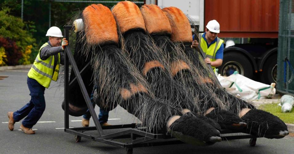 """Funcionários do Zoológico de Chester, no norte da Inglaterra, carregam aranha-robô para a exposição que tem lançamento neste sábado (13). Treze robôs-insetos foram criados por um dos maiores escritórios de animação dos Estados Unidos para a exposição """"Big Bugs"""". Entre as atrações estão uma tarântula de 10 metros, um escorpião de sete metros e uma joaninha de 3 metros. O ticket do zoo dá direito a ver a exposição de graça até 3 de novembro"""