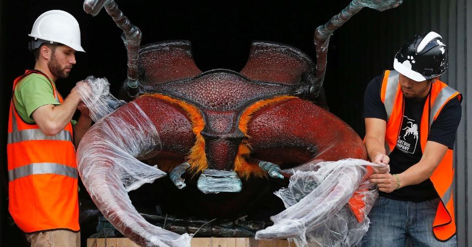"""Funcionários do Zoológico de Chester, no norte da Inglaterra, retiram escorpião-robô para a exposição que tem lançamento neste sábado (13). Treze robôs-insetos foram criados por um dos maiores escritórios de animação dos Estados Unidos para a exposição """"Big Bugs"""". Entre as atrações estão uma tarântula de 10 metros, um escorpião de sete metros e uma joaninha de 3 metros. O ticket do zoo dá direito a ver a exposição de graça até 3 de novembro"""
