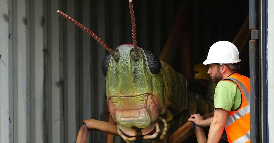 """Funcionários do Zoológico de Chester, no norte da Inglaterra, retiram gafanhoto-robô para a exposição que tem lançamento neste sábado (13). Treze robôs-insetos foram criados por um dos maiores escritórios de animação dos Estados Unidos para a exposição """"Big Bugs"""". Entre as atrações estão uma tarântula de 10 metros, um escorpião de sete metros e uma joaninha de 3 metros. O ticket do zoo dá direito a ver a exposição de graça até 3 de novembro"""