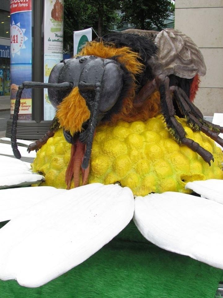 """Inseto gigante é visto em frente de loja próxima ao Zoológico de Chester, no norte da Inglaterra, ionde uma exposição de insetos gigantes começa neste sábado (13). Treze robôs-insetos foram criados por um dos maiores escritórios de animação dos Estados Unidos para a exposição """"Big Bugs"""". Entre as atrações estão uma tarântula de 10 metros, um escorpião de sete metros e uma joaninha de 3 metros. O ticket do zoo dá direito a ver a exposição de graça até 3 de novembro"""