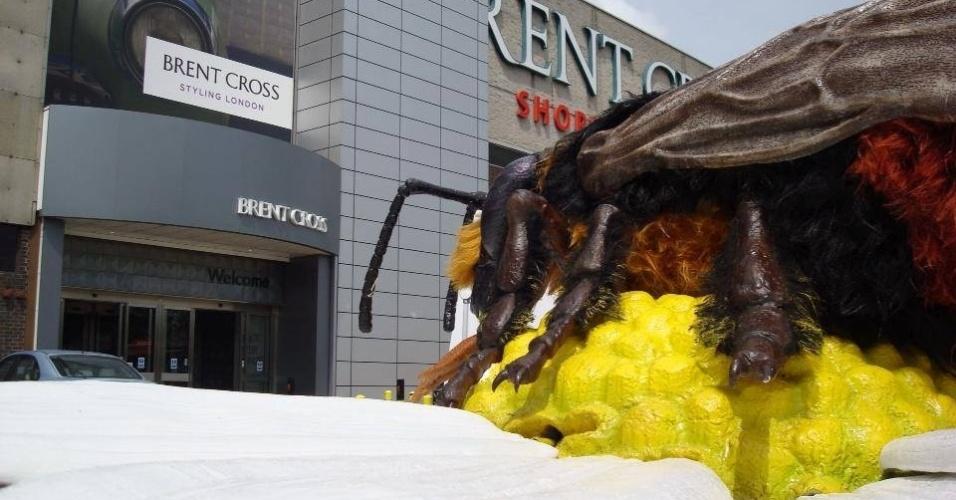 """Inseto gigante é visto em frente de loja próxima ao Zoológico de Chester, no norte da Inglaterra, onde uma exposição de insetos gigantes começa neste sábado (13). Treze robôs-insetos foram criados por um dos maiores escritórios de animação dos Estados Unidos para a exposição """"Big Bugs"""". Entre as atrações estão uma tarântula de 10 metros, um escorpião de sete metros e uma joaninha de 3 metros. O ticket do zoo dá direito a ver a exposição de graça até 3 de novembro"""
