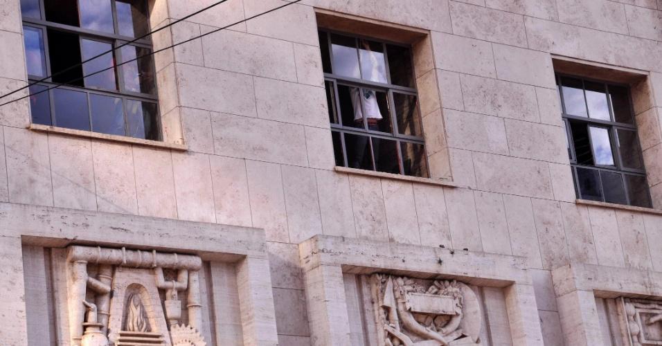 13.jul.2013 - Grades e janelas da fachada do prédio da Prefeitura de São Paulo receberam reparos neste sábado (13), quase um mês depois de ser alvo de depredação durante um protesto contra o aumento da tarifa do transporte coletivo