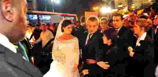 Protesto em frente à igreja do Carmo, no centro do Rio, na chegada de Beatriz Barata, filha de Jacob Barata Filho, para seu casamento - Luiz Roberto Lima/Estadão Conteúdo