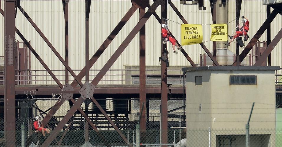 15.jul.2013 - Dezenas de militantes do Greenpeace entraram durante a madrugada desta segunda-feira (15) na usina nuclear de Tricastin, em Pierrelatte, no sul da França, e exibiram cartazes para denunciar o estado das instalações e exigir o fechamento para evitar