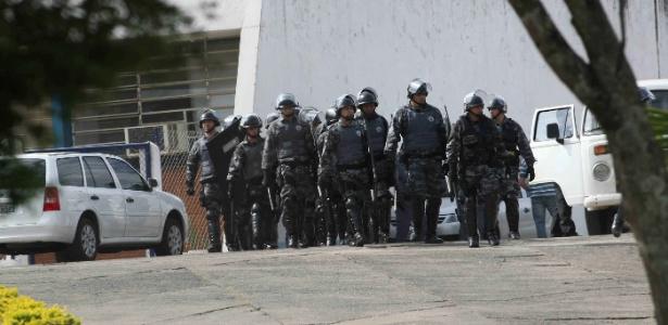 Policiais deixam a penitenciária Dr. Antônio de Queiróz Filho, em Itirapina (212 km de São Paulo)