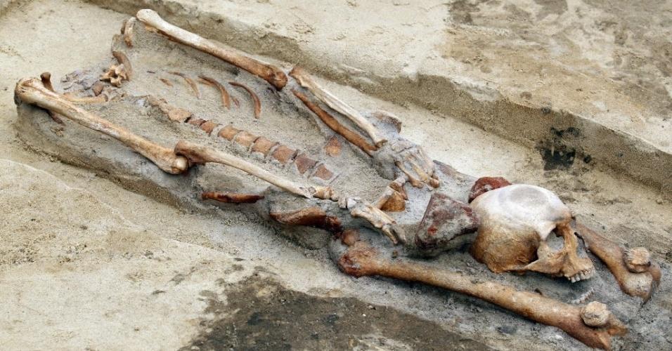"""15.jul.2013 - Sete esqueletos com crânios enterrados entre as pernas foram descobertos por arqueólogos durante obras da construção de uma estrada em Gliwice, na Polônia. Segundo os arqueólogos, baseados na forma com que os corpos foram enterrados, as tumbas pertenceriam a pessoas que foram consideradas """"vampiras"""", pois, durante a Idade Média, acreditava-se que decapitar os vampiros os impediria de voltar à vida"""