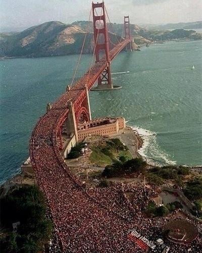 15.jul.2013 - Uma foto se tornou viral no Twitter por mostrar um ''protesto'' reunindo milhares de pessoas na ponte Golden Gate, nos EUA, contra a sentença que inocentou George Zimmerman, acusado de assassinar um jovem negro desarmado. Trayvon Martin foi morto por Zimmerman, que alegou legítima defesa e foi declarado inocente por um júri popular. A imagem da multidão, no entanto, é de 1987: não é um protesto, e sim um evento chamado ''Bridgewalk'' na ponte que fica em São Francisco