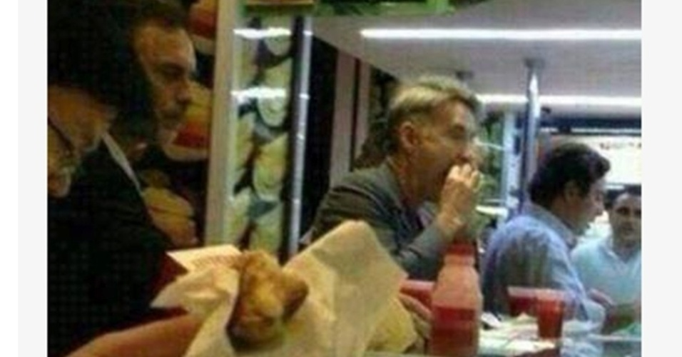 Foto de Eike comendo sanduíche no Leblon