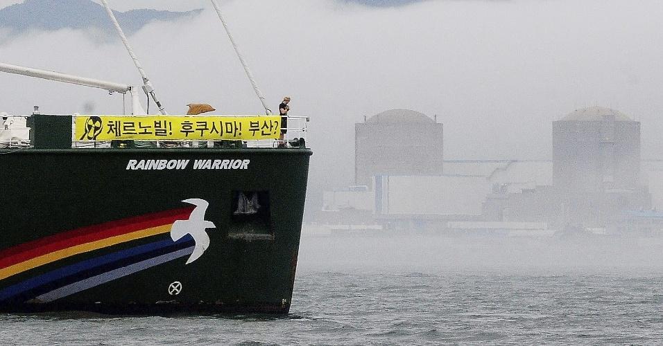 Integrantes do Greenpeace protestam a bordo de um barco chamado Rainbow Warrior 3º, próximo à usina nuclear de Singori, na cidade de Ulsan, na Coreia do Sul