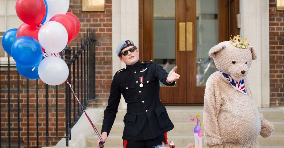 16.jul.2013 - Sósia do príncipe Harry posa para foto publicitária ao lado de homem vestido de urso fora do hospital Saint Mary em Londres, na Inglaterra, onde a duquesa de Cambridge, Kate Middleton, deve dar à luz esta semana