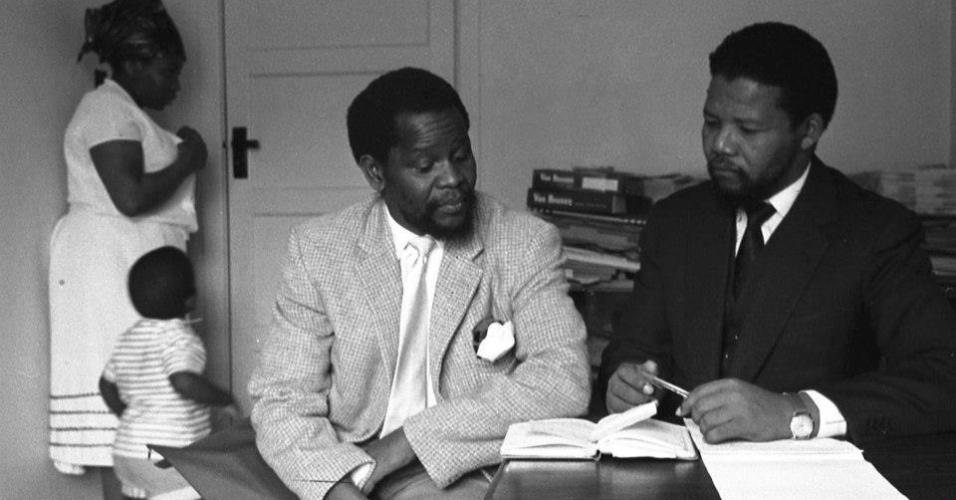 Apartheid - Nelson Mandela visitando Oliver Tambo e sua esposa Adelaide,  em Londres, em 1962 - para explicar a Tambo a decisão de adotar a luta armada.