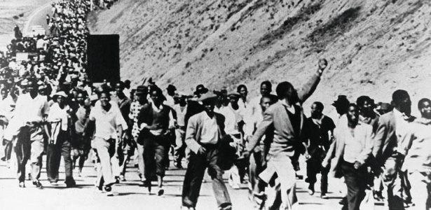 Protesto contra o apartheid nas ruas da África do Sul