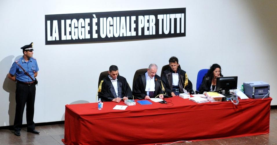17.jul.2013 - Corte é posicionada embaixo de um banner, onde se lê