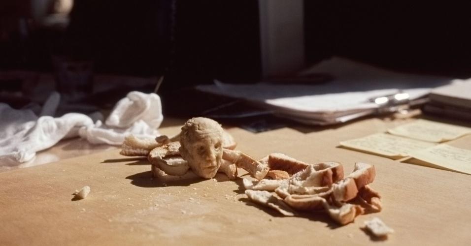 17.jul.2013 - O ator John Malkovich é uma das personalidades retratadas pelo projeto da escultora polonesa Milena Korolczuk, que cria bustos usando pedaços de pão