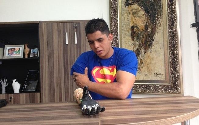 17.jul.2013 - O ciclista David Santos Souza, 21, que perdeu o braço ao ser atropelado em março na avenida Paulista, em São Paulo, realiza os últimos testes com uma prótese mecânica em clínica de Sorocaba (99 km da capital)