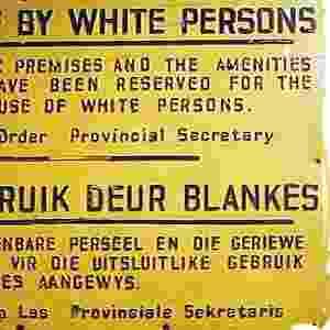 Na década de 1970, o governo da África do Sul tentou em vão encontrar fórmulas que pudessem assegurar certa legitimidade internacional. Porém, tanto a ONU (Organização das Nações Unidas) como a Organização da Unidade Africana, votaram inúmeras resoluções condenando o regime - Reprodução/south-africa-tours-and-travel.com