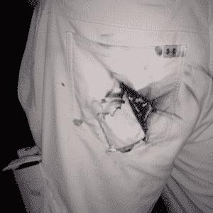 Um participante da Defcon, conferência que reúne a comunidade hacker nos Estados Unidos, ficou com o bolso de trás da calça queimado depois que a bateria de um Motorola Droid pegou fogo em julho de 2012. Segundo a CNET, a bateria, que estava fora do aparelho, deixou um buraco na cadeira onde o jovem estava sentado e marcas de fogo no carpete. O homem não ficou ferido - Reprodução/Cnet