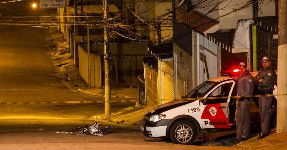 17.jul.2013 - Um policial militar à paisana matou dois suspeitos em uma tentativa de roubo, no Conjunto Residencial Jardim Canaã, na zona sul de São Paulo, na noite de quarta-feira (17). Por volta das 21h30, o policial caminhava pela rua Alto do Bonfim quando viu dois homens em uma moto roubando duas mulheres. Segundo a PM, o militar tentou impedir o roubo e um dos homens atirou. Ele revidou e baleou os suspeitos na cabeça. Um suspeito morreu no local e outro no pronto-socorro Jabaquara. O policial e as duas mulheres saíram ilesos