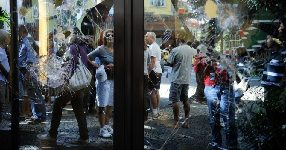 18.jul.2013 - O bairro do Leblon, na zona sul do Rio de Janeiro, amanheceu com sinais de destruição nesta quinta-feira (18), após protestos na noite anterior em frente ao prédio onde mora o governador Sérgio Cabral (PMDB). Lojas, ponto de ônibus e agências bancárias foram danificadas