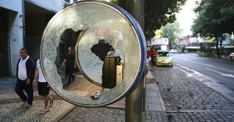 18.jul.2013 - Orelhão depredado na avenida Ataulfo de Paiva, no Leblon, bairro nobre da zona sul do Rio de Janeiro, na manhã desta quinta-feira (18), após protestos realizados na noite anterior. A Polícia Militar anunciou que 15 pessoas foram detidas e ao menos quatro PMs foram feridos em confronto. Agências bancárias, lojas e pelo menos uma banca de jornal foram depredadas e barricadas foram montadas com lixo incendiado. Faltou luz em vias do bairro
